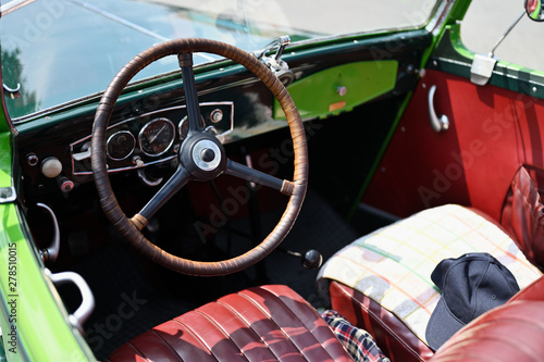 Old vintage car steering wh...