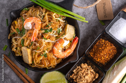 Foto Home Made Pad thai with Shrimp and Vegetables on Marble table