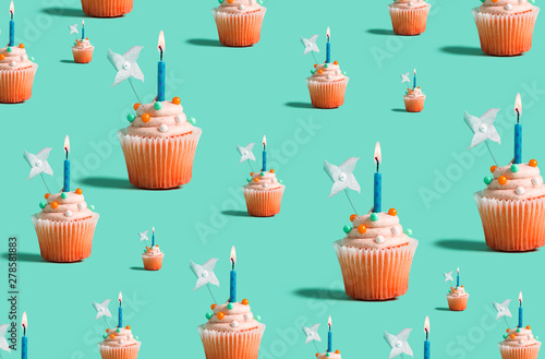 Photo  Big and small celebratory cupcakes with decorative lit candles