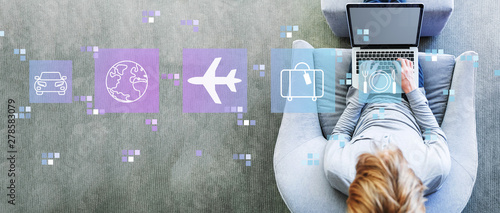 Photo  Airplane travel theme with man using a laptop in a modern gray chair