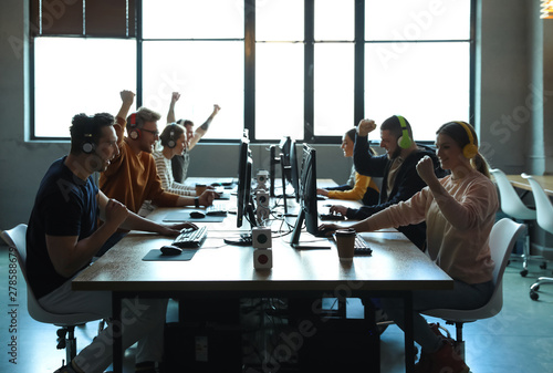Cuadros en Lienzo Group of people playing video games in internet cafe