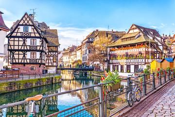 Tradycyjni ryglowi domy na malowniczych kanałach w La Petite France w średniowiecznym bajkowym miasteczku Strasburg, UNESCO światowego dziedzictwa miejsce, Alsace, Francja.