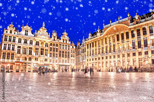 Poster Bruxelles Grand Place in Brussels on a snowy winter night, Belgium