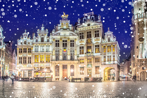 Cadres-photo bureau Bruxelles Grand Place in Brussels on a snowy winter night, Belgium