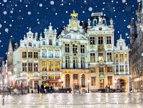 La pose en embrasure Bruxelles Grand Place in Brussels on a snowy winter night, Belgium
