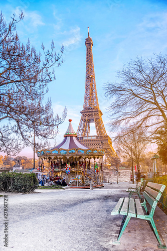 Poster Paris The Eiffel Tower and vintage carousel on a winter evening in Paris, France.