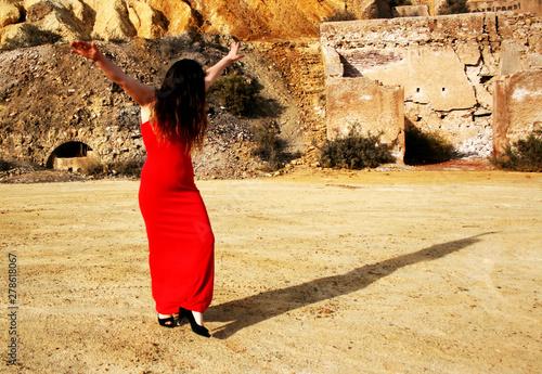 Fotografia DANCE ON THE OLD DESERT RUINS