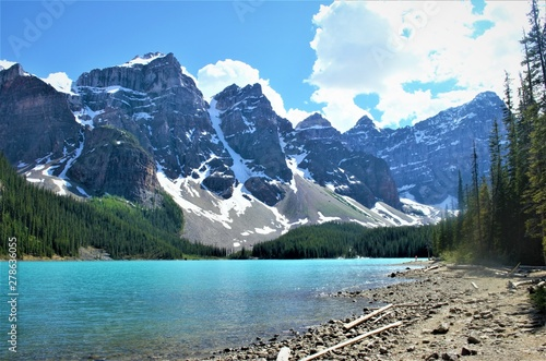 Poster Bleu The majestic mountains, beautiful lakes and trails of the Canadian Rockies in Banff National Parks attracts outdoor adventure lovers from around the world.s