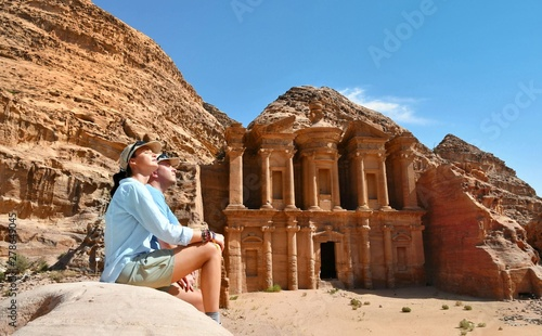 Photographie  Couple in Ad Deir the Monastery Temple in Petra, Jordan
