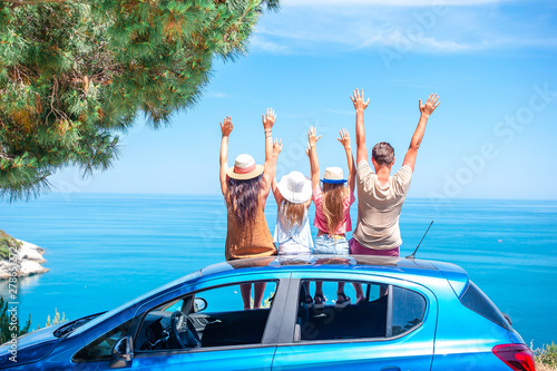 Foto Summer car trip and young family on vacation