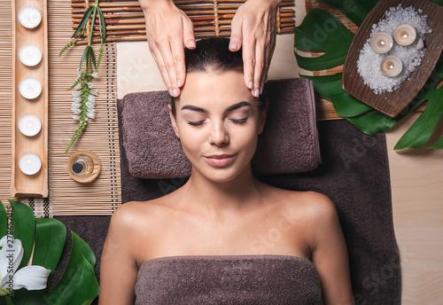 Photo Beautiful young woman receiving massage in spa salon