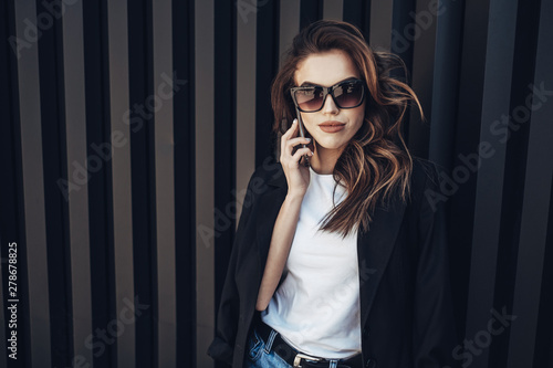 Photo Fashion Portrait of Stylish Pretty Brunette Young Woman Outdoor