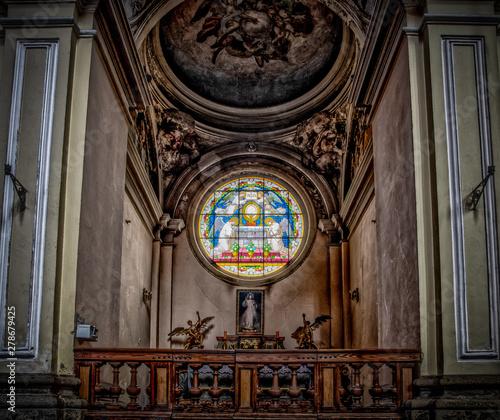 Fotomural witraż i ołtarz boczny w kościele