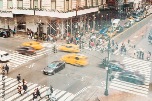 Foto auf AluDibond New York TAXI Busy junction full of cars and people