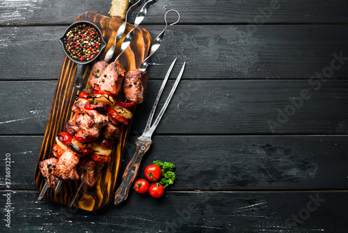 Fotografía  Shish kebab BBQ meat with onions and tomatoes