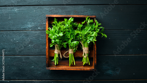 Fotomural  Fresh parsley on a wooden background