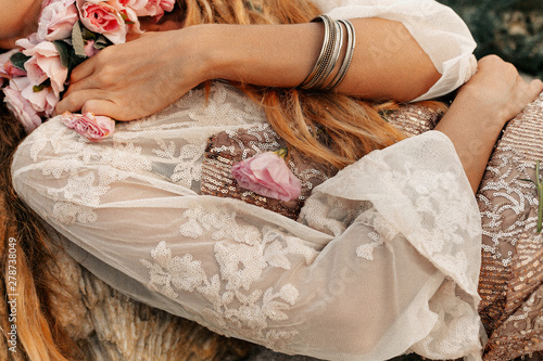 Photo  close up of beautiful young woman in elegant dress lying on sand on the beach at