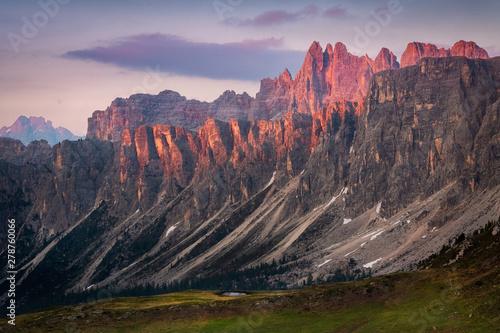 Photo sunset in summer on mountain range Lastoni di Formin and Croda da Lago, Dolomite