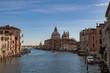 Großer Kanal in Venedig mit Basilika Santa Maria della Salute Wassertaxis Gondeln Boten in Venedig