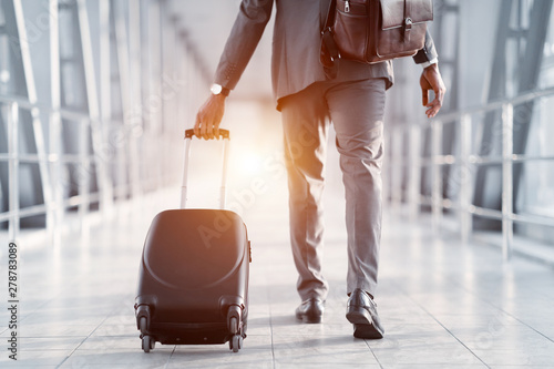 Poster Avion à Moteur Businessman Hurrying on Plane, Walking Through Passenger Bridge