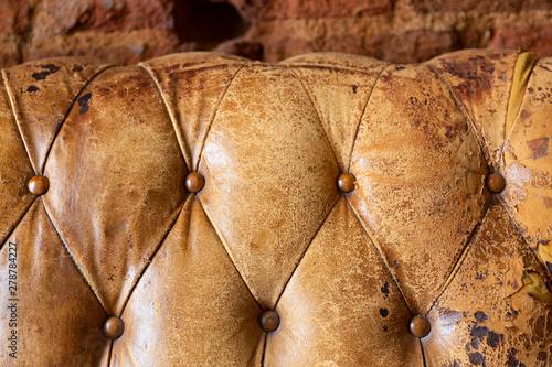 Detalle de sofá chester en color marrón viejo y desgastado Canvas Print