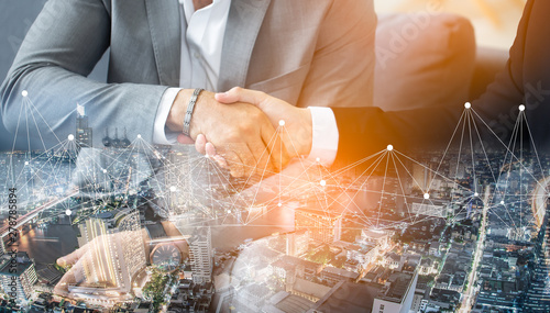 Fotografia Double exposure worker hand shake teamwork brainstorming with innovation business