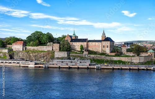 Photo  Berühmte Akershus Festung im Herzen der norwegischen Hauptstadt Oslo – besonderer Blick vom Meer aus
