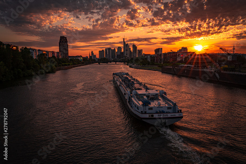 Foto auf Leinwand Dunkelbraun Sunset with the ship in the foreground