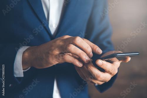 Fotografía  man hand holding smart phone