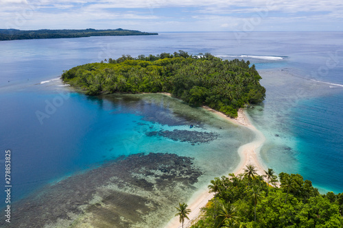 Photo  A coral reef surrounds idyllic islands off the coast of New Britain in Papua New Guinea