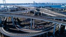 高速道路と埠頭 空撮