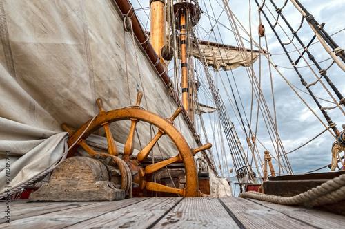 Canvas Print barco velero de madera antiguo con cuerdas y velas