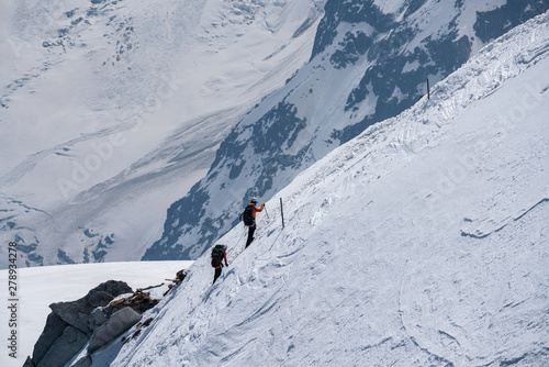 Photo Alpinist returning to Aiguille du Midi on sunny summer day in Chamonix, France