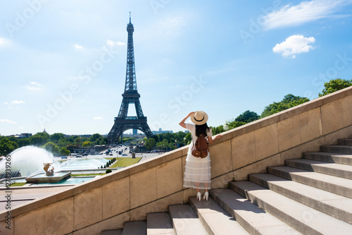 Foto auf AluDibond Paris Woman tourist is enjoy siteseeing Eiffle Tower landmark of France, Paris during summer time.