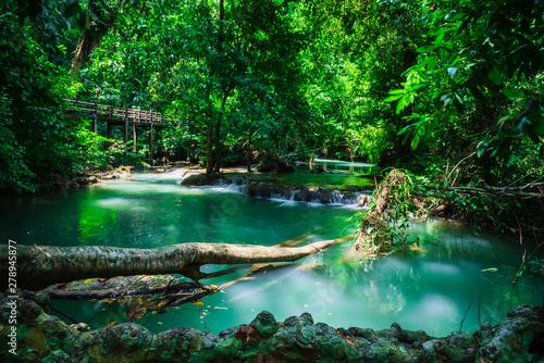 Fototapeta premium Krajobraz Wodospad Niż Bok Khorani. (Park Narodowy Thanbok Khoranee) podróżny szlak dydaktyczny W wilgotnym lesie. Badanie przyrody. Wdzięki kobiece. Tajlandia.