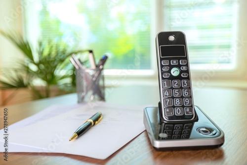 Papiers peints Nature Wireless Telephone on a Wooden Desk