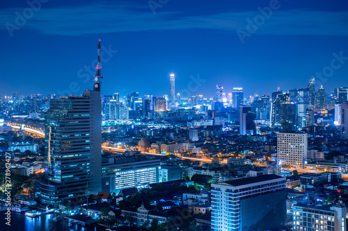 Fotomural  Beautiful scene of Bangkok city skyscraper at night in downtown and business district