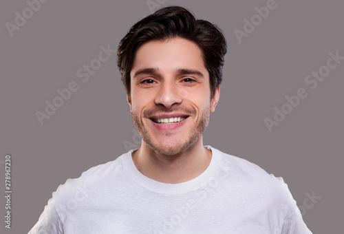 Poster Individuel Handsome young caucasian man smiling at camera