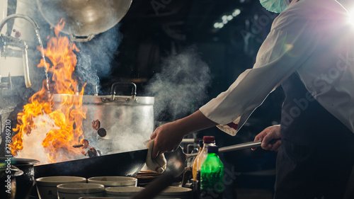 Valokuvatapetti Chef stir fry in wok