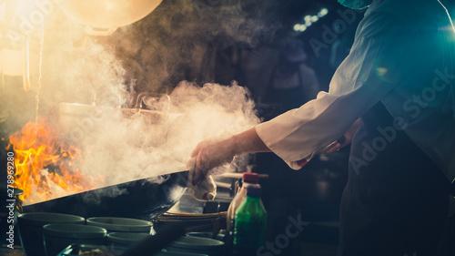 Photo  Chef stir fry in wok