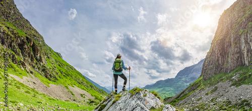 Frau mit Rucksack beim Wandern Tablou Canvas