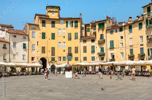 Photo Amphitheater square with restaurants, bars and tourists in old town Lucca, Tusca