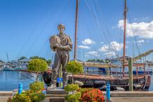 TARPON SPRINGS, FLORIDA: Sponge Diver Statue Landmark On The Sponge Docks In This Greek Inspired Small Town.