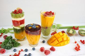 Kolorowe warstwowe smoothie z mango, kiwi, selera naciowego, malin, porzeczek, banana, jarmużu i kremu waniliowego