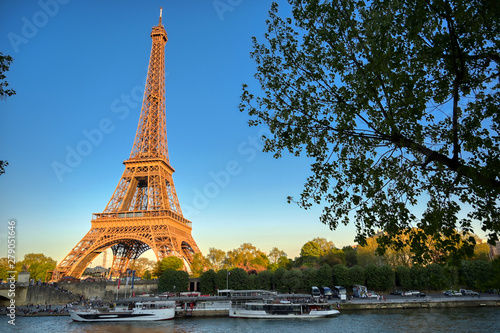 Photo  The Eiffel Tower across the River Seine in Paris, France.