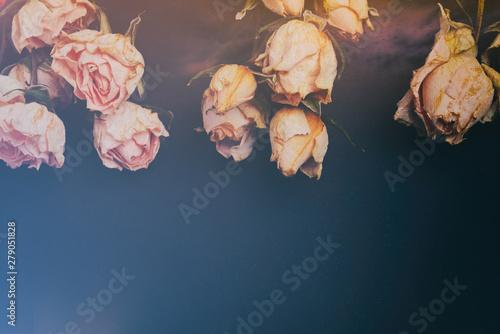 karta-kwiatowy-wzor-z-kwiatami-bialy-rozowy-bukiet-suchych-roz-na-ciemnym-czarnym-tle-szablon-do-projektowania-slubu-dekoracji-karty