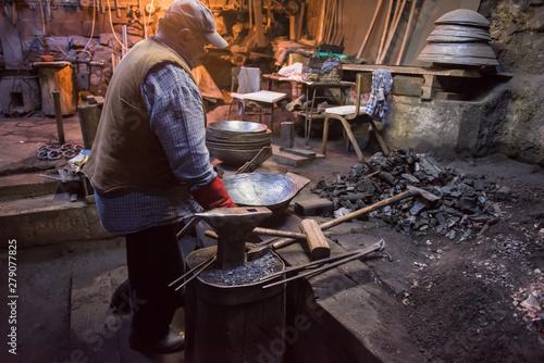 Fotomural traditional blacksmith manually forging the molten metal