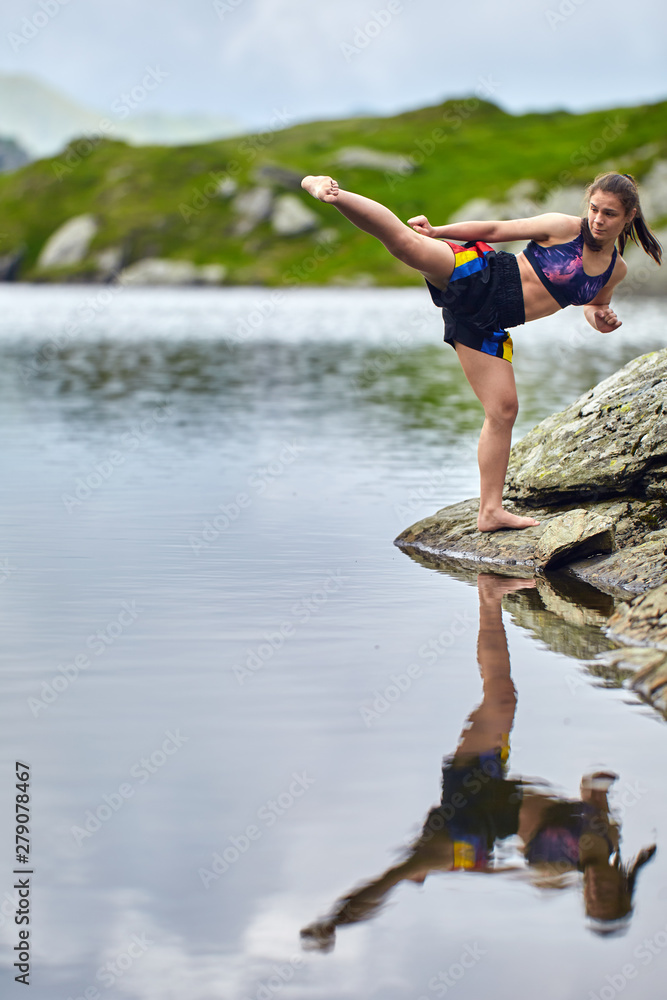 Photo  Woman kickbox fighter training by the lake