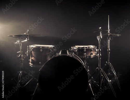 Fotografia Drum Set On A Stage At Dark Background