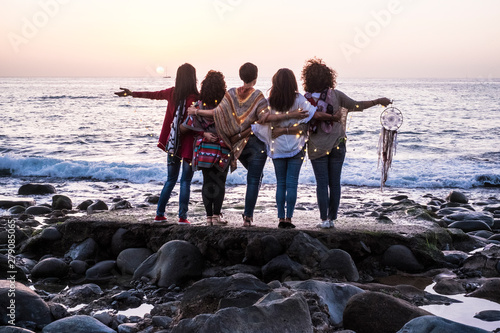 Love and friendship concept with group of female people enjoying the sunset on t Tableau sur Toile